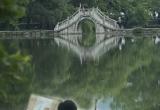 Artist by the bridge
