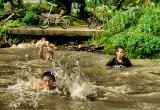 17 Kids bathing in the canal_DSC2669